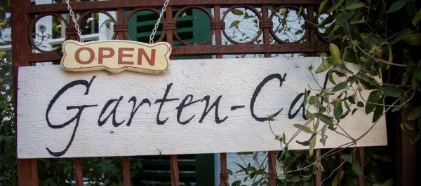 ..ach ja, übrigens können Sie bei schönem Wetter Ihr Cafe auch im Garten geniessen. Der Showgarten ist offen von Dienstag bis Samstag jeweils 9-17 Uhr