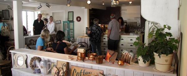 In der Bijoux-Boutique gibt es saisonal wechselnde Innendekorationen und ein kleines, gemütliches Cafe.